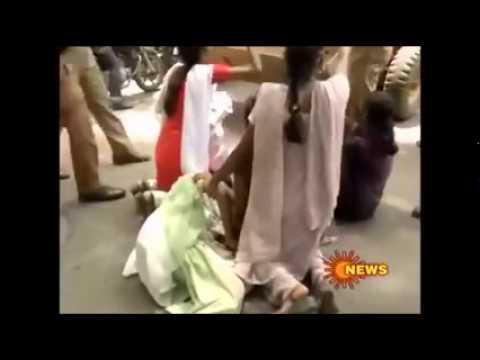 மாணவியை பூட்ஸ் காலால் எட்டி உதைக்கும் போலீஸ் !!!